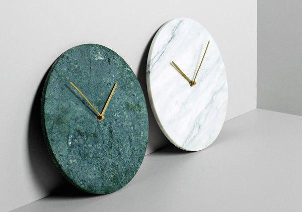 Hvit og grønn marmorklokke