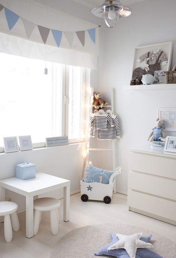 barnerom lyseblå og hvit