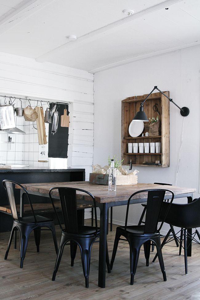 rundt kjøkkenbord med stoler