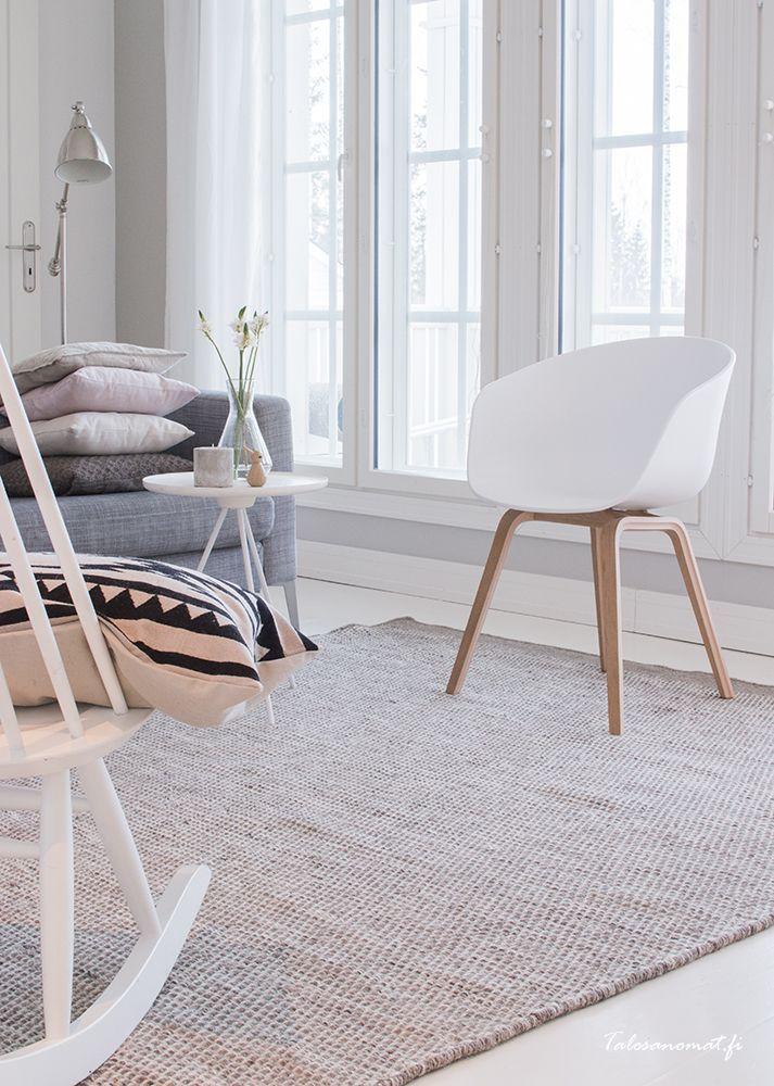 About a chair far HAY sin lekre hvite stol i en stue