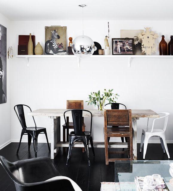 Ulike stoler på kjøkkenet. Svarte og hvite stoler. Tolix stol.