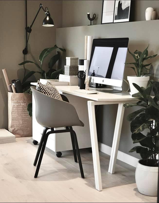 about a chair grå og svart