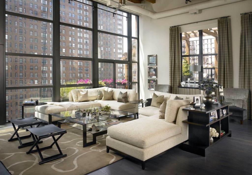 Klassisk og moderne stue med mørk og lys interiør