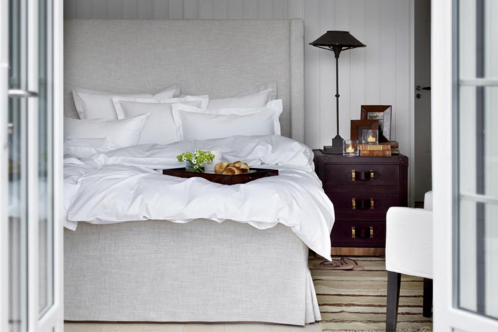 Beige og hvit soverom med beige seng. Inspirasjon til ditt soverom. Hvitt sengetøy