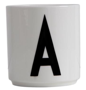 Kopp med bokstav fra Design Letters.