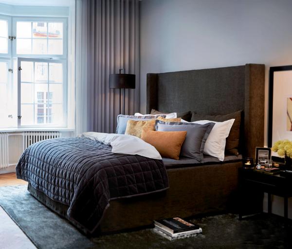 Slettvoll soverom mørke farger og klassisk interiør