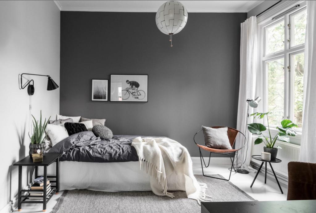 hvit og grå soverom