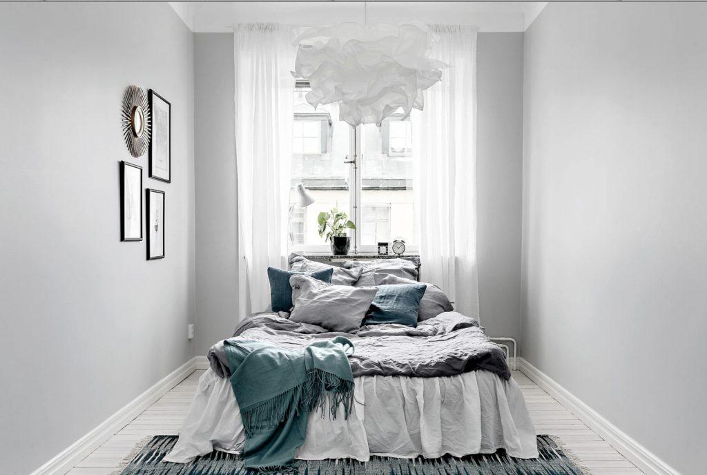 Grå soverom inspirasjon med blå puter