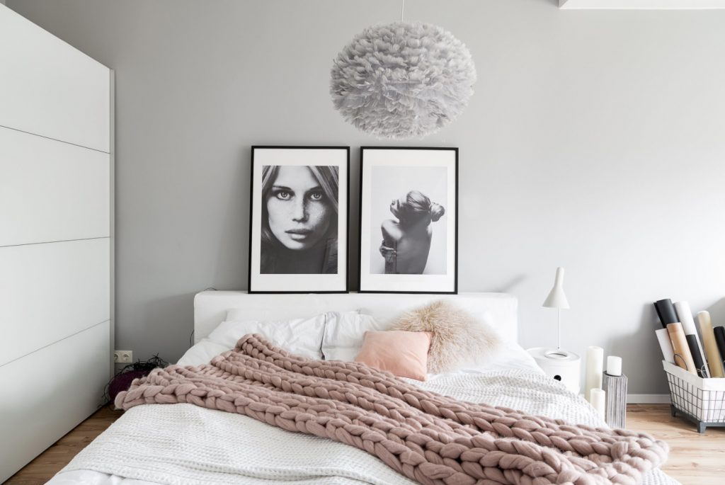 Hvit soverom med rosa interiør. Soverom inspirasjon