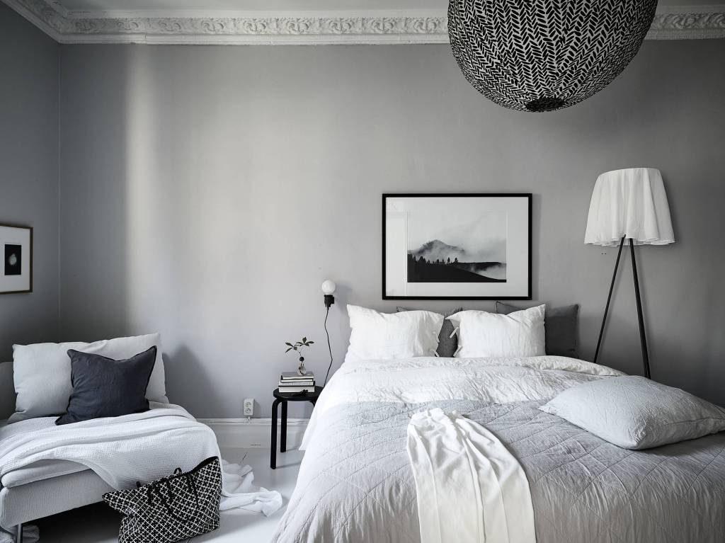 Lekkert soverom i hvit og grå nyanser. Inspirasjon