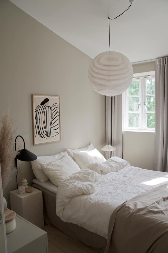 beige og hvit soverom inspirasjon